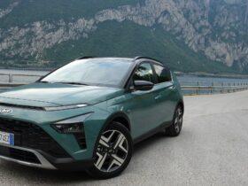 Hyundai Bayon, la nostra prima prova: il SUV compatto che non si fa sedurre dalle spine, ed è perfetto per la città thumbnail