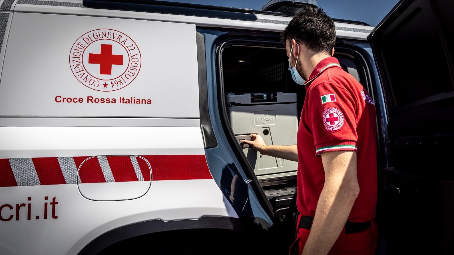 Land Rover lancia il progetto Defender forWorks e collabora con Croce Rossa thumbnail