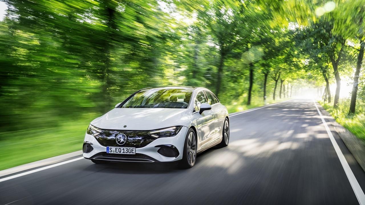 Mercedes EQE, la Classe E si fa elettrica: estetica da EQS e fino a 660 km di autonomia thumbnail