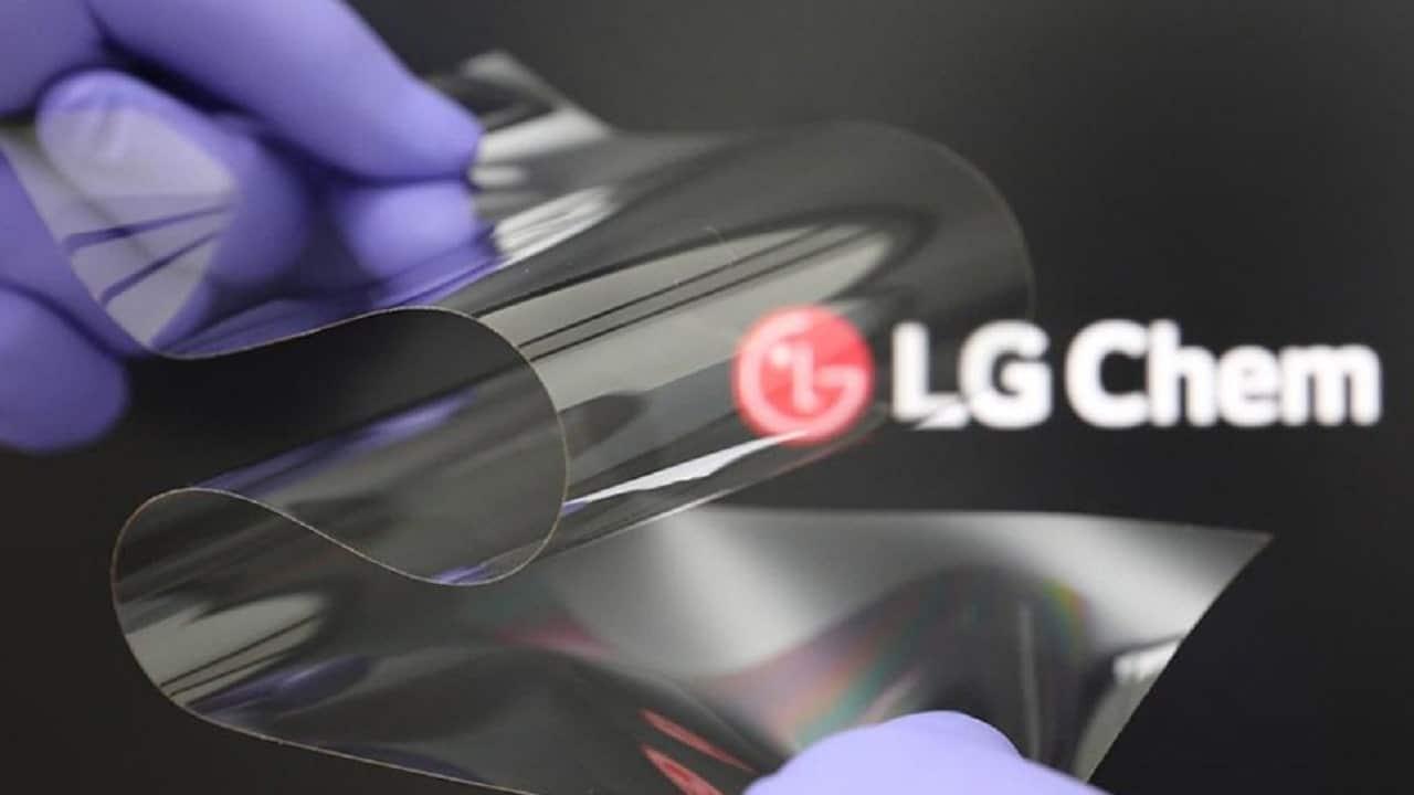LG presenta un display pieghevole in plastica thumbnail