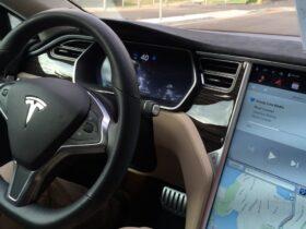 L'Autopilot di Tesla favorisce la distrazione del guidatore thumbnail