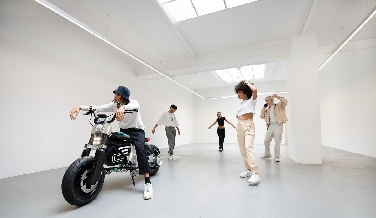 BMW Motorrad presenta Concept CE 02 thumbnail