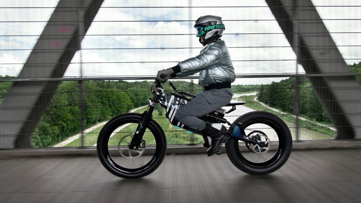 BMW Vision AMBY, il concept elettrico che si adatta ad ogni tipologia di strada thumbnail