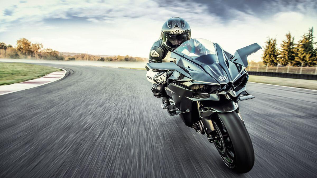 Kawasaki rinnova la Ninja H2R ma non rinuncia ai 310 CV da scatenare in pista thumbnail